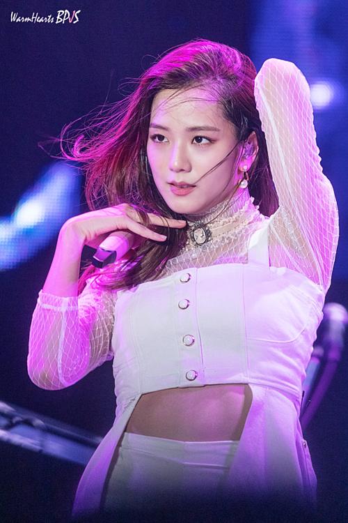Nhiều fan cho rằng Ji Soo đã xuống sắc trong thời gian gần đây. Gương mặt cô nàng mất đi vẻ thanh thoát, thân hình cũng