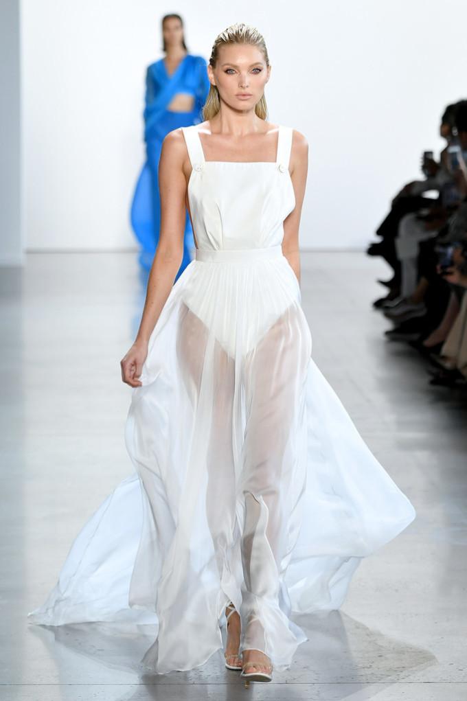 <p> Elsa Hosk còn mặc một mẫu váy khác có thiết kế xuyên thấu gợi cảm.</p>