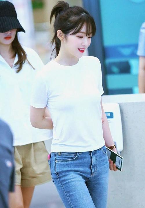 Trong lần ra sân bay mới đây, Irene lênđồ rất đơn giản. Cô mặcT-shirt trắng trơn, kết hợp quần jeans nhưng vẫn nổi bật nhan sắc nữ thần. Nhiều người khen bộ trang phục không cầu kỳ đã giúp gương mặt xinh đẹp của Irene thêm tỏa sáng.