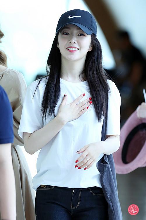 Mỗi lần diện đồ cơ bảnra sân bay, Irene đều nhận được nhiều lời khen ngợi. Cô nàng có bộ sưu tập áo phông trắng rất đồ sộ với thiết kế trơn hoặc in slogan tối giản.