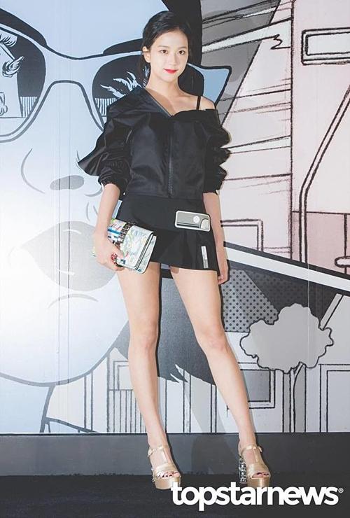 Ji Soo từng chiếm spotlight trong một sự kiện năm 2017 nhờ đôi chân dài nuột nà.