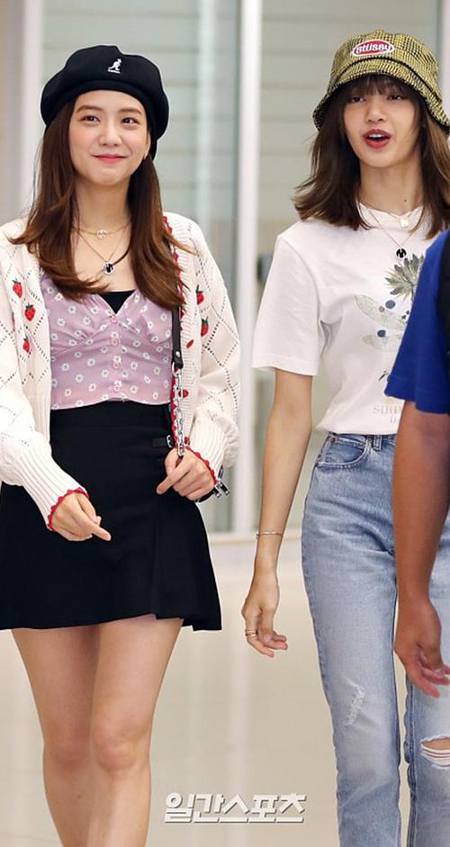 Khi xuất hiện tại sân bay ngày 29/7, ngoại hình mũm mĩm của Ji Soo tỏ ra lép vế so với body chuẩn model của Lisa.