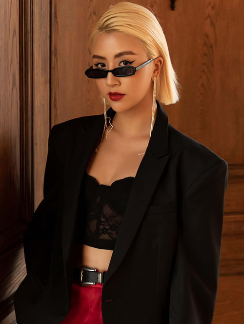 Một năm gần đây, Quỳnh Anh Shyn trung thành với tóc ngắn nhuộm vàng đậm chất Tây. Đây cũng là thời gian cô thay đổi hoàn toàn từ hình ảnh hot girl sang fashionista với gu ăn mặc độc lạ. Sau thời gian gây tranh cãi, người đẹp sinh năm 1996 dần khẳng định được cái tôi, là mảnh ghép thời trang không đụng hàng trong Vbiz.