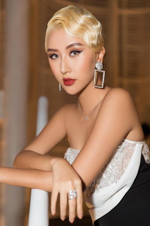 Mái tóc vàng hoe này được Quỳnh Anh Shyn giữ trong thời gian kỷ lục vì trước đâycô nàng vốn có sở thích thay đổi kiểu tóc xoành xoạch hàng tuần. Để chăm tóc tẩy trắng không hề dễ dàng, tuy nhiên Quỳnh Anh cho thấy cô nàng là người rất chỉn chu trong diện mạo.