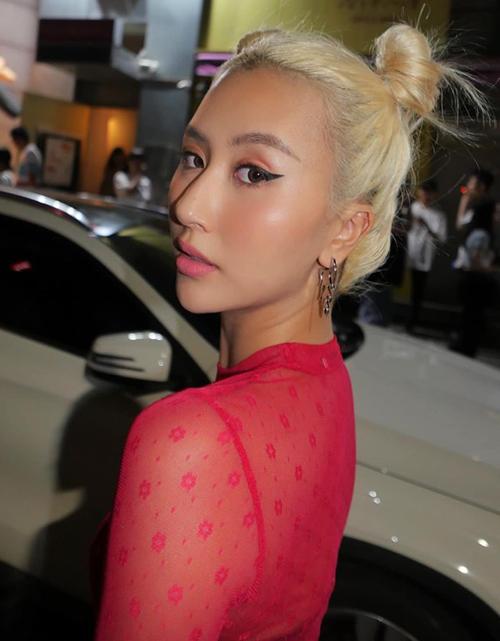 Việc đổi sang màu tóc, kiểu tóc mới hứa hẹn sẽ mang đến một dấu ấn mới mẻ về thời trang cho hot girl Hà thành.