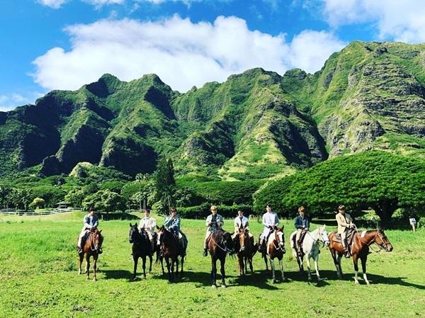 Các chàng trai EXO cưỡi ngựa trên thảo nguyên.