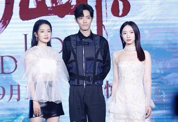 Ngày 10/9, phim điện ảnh Tru Tiên 1 (Jade Dynasty) tổ chức họp báo tại Bắc Kinh với sự góp mặt của 3 diễn viên chính là Tiêu Chiến, Lý Thấm (trái) và Mạnh Mỹ Kỳ. Đứng giữa hai bạn diễn xinh đẹp trên sân khấu, Tiêu Chiến có những phản ứng dễ thương và cử chỉ chu đáo.