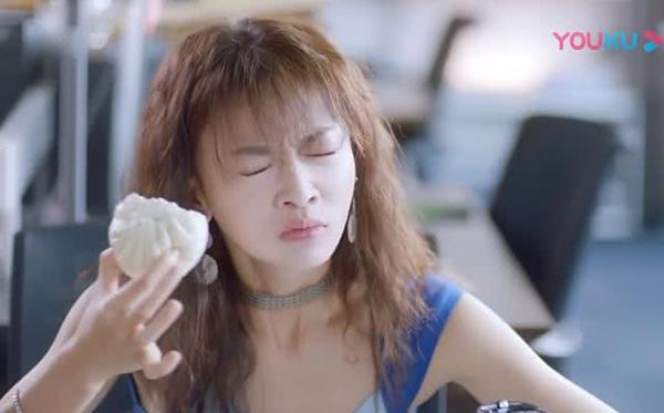 Biểu cảm khi ăn của nữ diễn viên cũng bị chê quá khoa trương.