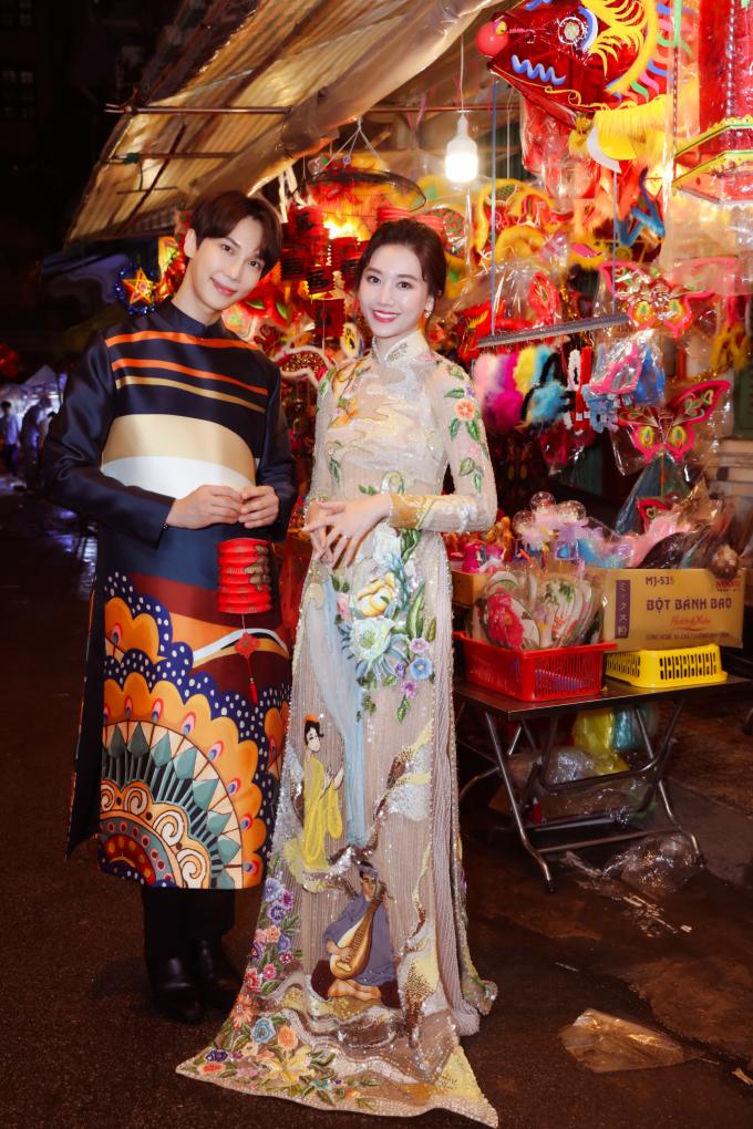 """<p> Hari Won - Park Jung Min thân nhau khi tham gia chung dự án điện ảnh """"Oppa, phiền quá nha"""" sắp ra rạp. Nhân mùa Trung thu, cô rủ thành viên của nhóm nhạc SS501 khám phá những con phố lồng đèn sắc màu của Việt Nam.</p>"""