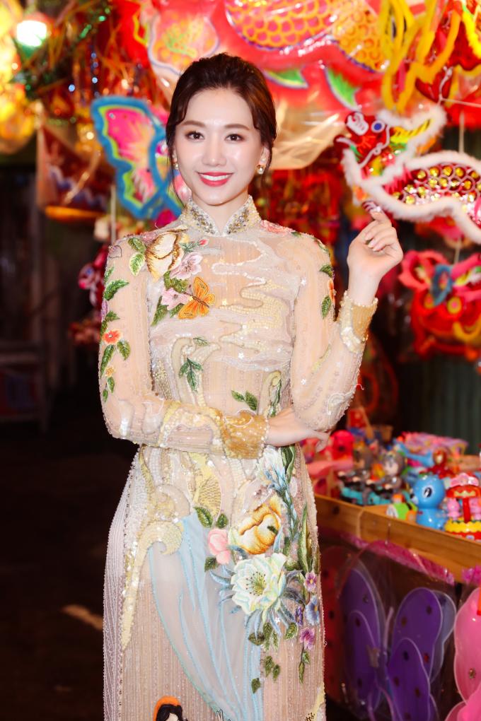 <p> Để phù hợp với không gian truyền thống, cả hai lựa chọn trang phục áo dài với họa tiết nổi bật. Hari Won diện chiếc áo dài như một khu vườn của NTK Thủy Nguyễn.</p>