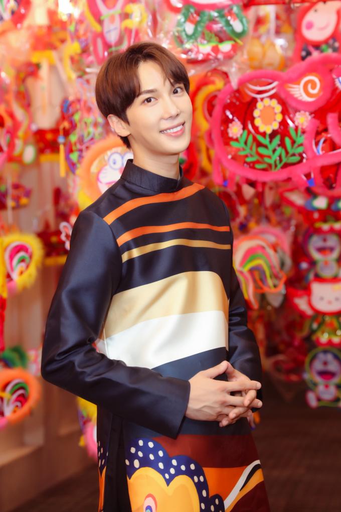 <p> Park Jung Min diện áo dài có hoa văn bản lớn lấy cảm hứng từ họa tiết Trống Đồng của NTK Công Trí. Bộ trang phục này là món quà Hari Won dành tặng cho bạn diễn sau khi phim đóng máy.</p>