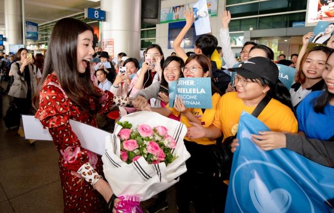 """<p> Ngày 10/9, nữ diễn viên Thái Lan Esther Supreeleela đến Việt Nam. Cô nhận lời tham dự buổi công chiếu bộ phim """"Thách yêu 2 năm"""" do mình thủ vai chính. Tại sân bay Tân Sơn Nhất, nữ diễn viên bất ngờ khi được fan Việt ra tận nơi đón tiếp với hoa, poster hoành tráng.</p>"""