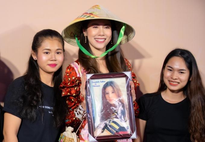 <p> Cô được fan Việt tặng quà.</p>