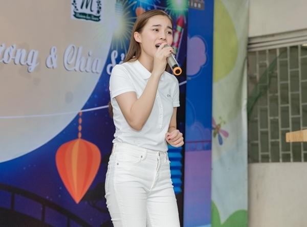 Cô hát ca khúc Nếu chỉ một ngày để sống tặng các em nhỏ.