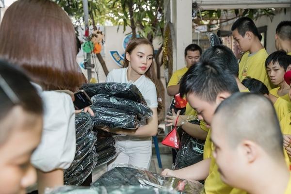 Nhiều phần quà gồm balo, bánh trung thu, vở viết... được Giang Hồng Ngọc tận tay trao đến các em nhỏ.