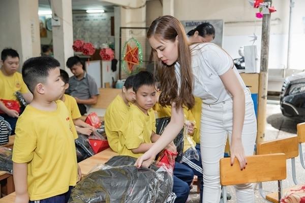 Trung thu yêu thương và chia sẻ là hoạt động thường niên do Giang Hồng Ngọc khởi xướng.