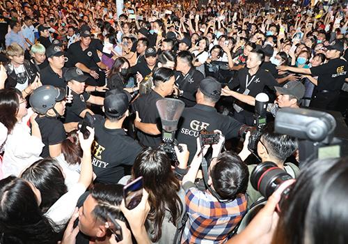 Fan gây náo loạn tại địa điểm diễn ra sự kiện.