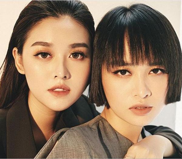 Á hậu Tường San chụp ảnh cá tính cùng chị gái.