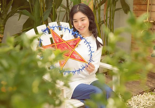 Elly Trần mua vé về tuổi thơ với bức hình trẻ trung đón Trung thu.