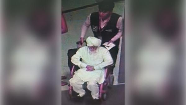 Jayesh Patel cải trang thành cụ ông ngồi xe lăn ở sân bay quốc tế Gandhi hôm 8/9. Ảnh: CISF
