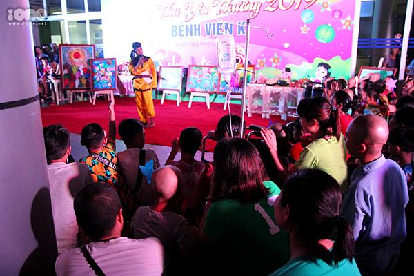 Nhiều bệnh nhi cùng bố mẹ đưa xuống dự lễ trung thu mà tay vẫn cầm bình truyền nước.