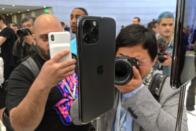 """<p> Điều khác biệt dễ nhận thấy nhất là mặt sau của sản phẩm ở <a href=""""https://ione.net/tin-tuc/nhip-song/hong/cum-3-camera-vuong-cua-iphone-11-pro-bi-che-anh-3980327.html"""" rel=""""nofollow"""">cụm 3 camera </a>cùng đèn flash được đặt trên hình vuông, thay vì để thành chiều dọc hay ngang thông thường.</p>"""