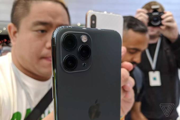 """<p> Hệ thống camera mới của """"Pro"""" đều sở hữu 3 camera, trong đó camera chính 12 MP, khẩu độ f/1.8; một camera tele 12 MP, khẩu độ f/2.4 và một camera góc siêu rộng 120 độ 12 MP.</p> <p> Riêng iPhone 11, cụm camera kép phía sau với độ phân giải 12 megapixel, góc rộng 26 mm, f/1.8 và một ống kính góc siêu rộng cùng độ phân giải, tiêu cự 13 mm f/2.4. Apple kêu gọi người dùng chụp selfie với chế độ slowmotion hay còn gọi """"slowfie"""".</p> <p> </p>"""