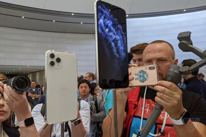 <p> Theo Apple, iPhone 11 Pro có pin tốt hơn 4 tiếng so với iPhone XS trong khi iPhone 11 Pro Max có pin tốt hơn 5 tiếng so với iPhone XS Max.</p>