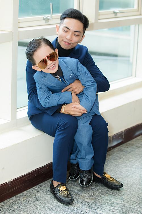 Kubi năm nay mới 4 tuổi nhưng đã ra dáng hot boy. Cậu nhóc được theo bố mẹ tham dự các sự kiện từ bé nên rất dạn dĩ trước ống kính.