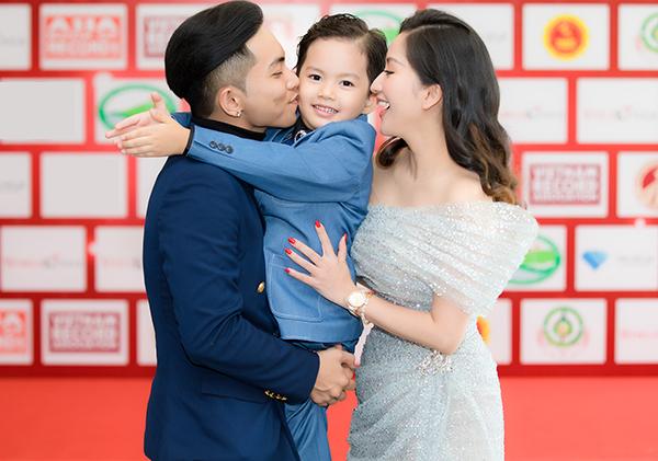 Cả gia đình tạo dáng tình cảm trên thảm đỏ.