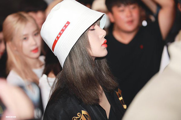 Kỷ lục này tiếp tục được lập nên với chiếc mũ bucket xinh xắn của Prada giá 340 USD (7,9 triệu đồng). Dù hãng ra mắt 4 màu nhưng chỉ màu giống Lisa đội là cháy hàng trong 1 tiếng.