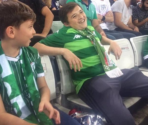 Người đàn ông 36 tuổi ngồi cạnh con trai ở sân vận động Timsah, Thổ Nhĩ Kỳ hôm 8/9.