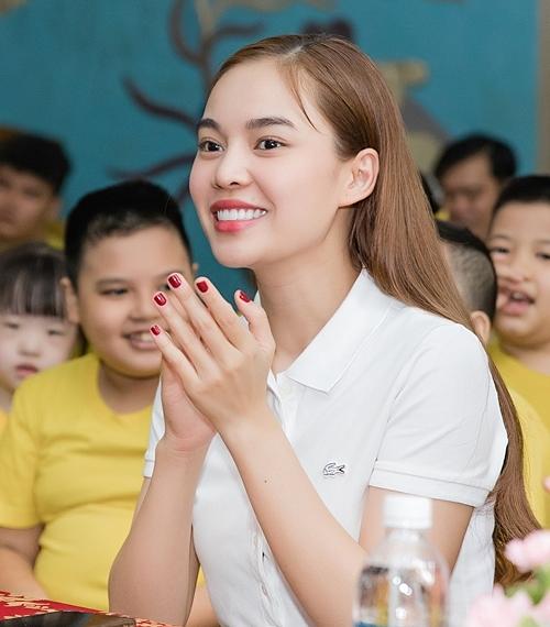Sáng 10/9, Giang Hồng Ngọc mặc giản dị đi trao quà cho trẻ em khuyết tật, chậm hiểu, câm điếc.