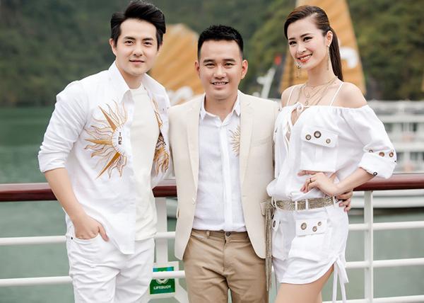Nhà thiết kế Lê Thanh Hòa (giữa) trong show diễn trên du thuyền ở vịnh Hạ Long.