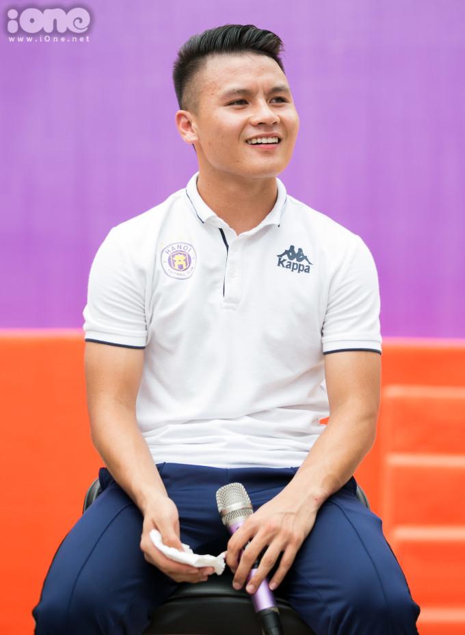 <p> Quang Hải cũng chia sẻ về niềm đam mê và giấc mơ theo đuổi sự nghiệp bóng đá.</p>