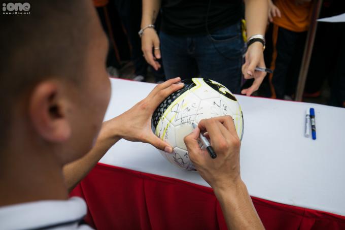 <p> Các cầu thủ ký tặng cho các em học sinh.</p>