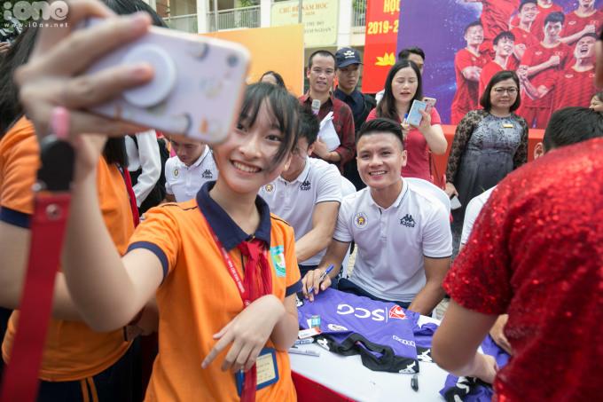 <p> Quang Hải là một trong những cầu thủ được các bạn học sinh yêu thích nhất.</p>