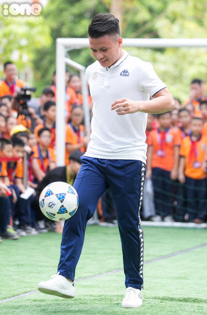 <p> Trong phần giao lưu so tài tâng bóng giữa các thành viên CLB Hà Nội, đội của Quang Hải đã giành chiến thắng sít sao.</p>