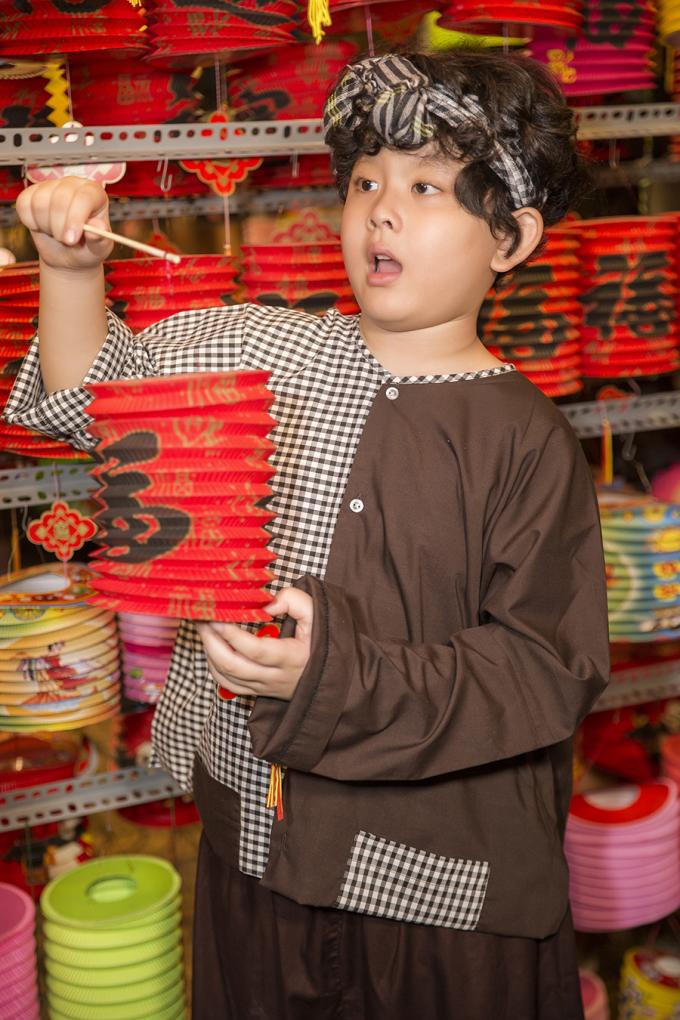 Con trai Trương Quỳnh Anh làm chú Cuội ở phố Trung thu