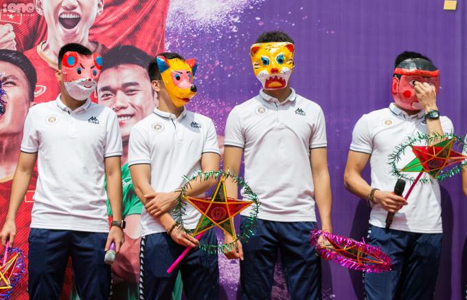 """<p> Sáng 12/9, CLB Hà Nội có buổi giao lưu với học sinh THCS Việt Nam - Angieri (Hà Nội). Đây là chương trình nằm trong chuỗi sự kiện """"Strong Vietnam"""" của đội bóng thủ đô nhằm truyền cảm hứng cho các bạn trẻ yêu bóng đá.</p>"""