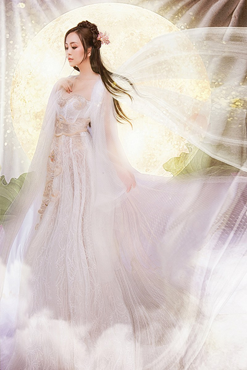 Lâm Lâm chọn hoa văn bán cổ điển điểm xuyết trên nền trắng của thiết kế. Theo Lâm Lâm, điều khó nhất chính là việc làm toát lên sự nhẹ nhàng, trong trẻo nhưng vẫn ra chất cổ trang của trang phục.
