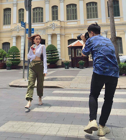 Thu Thủy diện đồ sành điệu chụp hình street style.