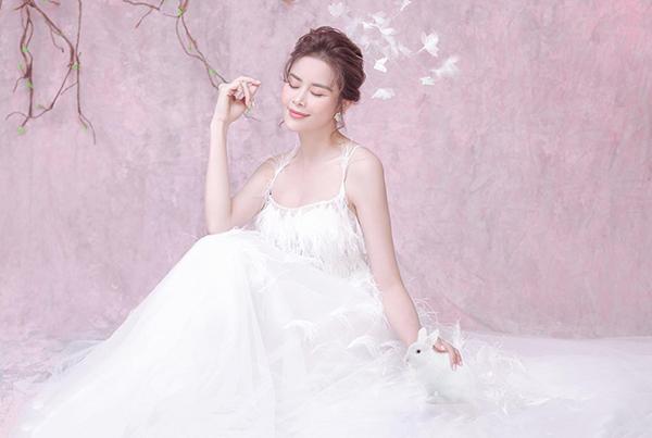 Nhân dịp Tết Trung thu, Sella Trương thực hiện bộ hình với concept đặc biệt. Hoa hậu Điện ảnh 2016 hóa thân thành hai vai: chị Hằng mơ mộng, quyến rũ và cô Thỏ ngọc xinh xắn, nhí nhảnh.