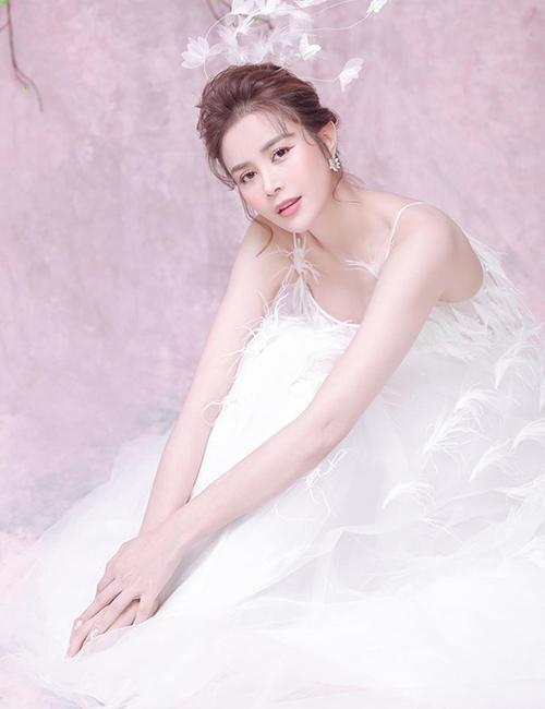 Khi hóa Hằng Nga, Sella Trương diện đầm trắng muốt, trang điểm nhẹ nhàng.