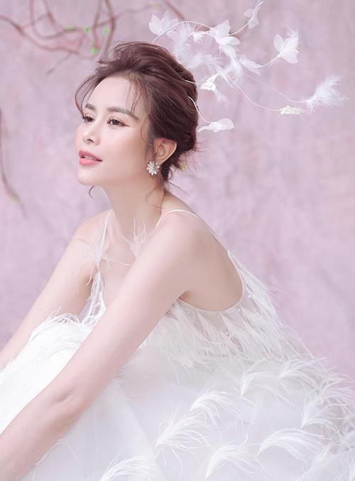 Người đẹp khai thác các cách biểu cảm tôn lên vẻ đẹp mong manh.