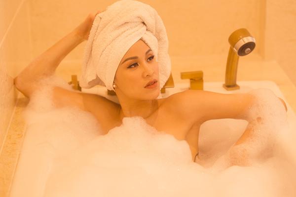 Bên cạnh những bức hình khoe buổi sáng bình yên bên đàn mèo, Phương Mai còn chụp hình táo bạo trong bồn tắm đầy bọt.