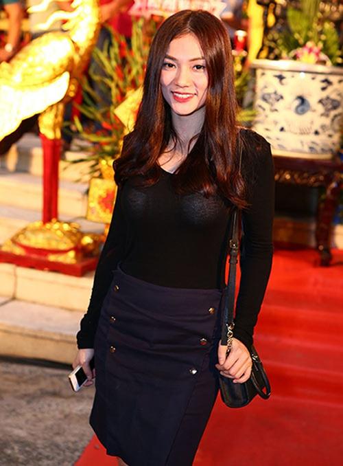 Chuyện sao Việt mặc đồ phản cảm đi cúng tổ không phải là điều hiếm nhiều năm nay. Thu Thủy cũng từng bị chê vì mặc áo mỏng manh, lộ nội y đối lập màu dưới ánh đèn.