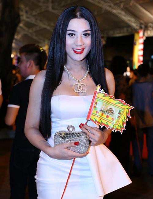 Lâm Khánh Chi nhiều lầnbị chỉ trích vì cách diện đồ phản cảm. Nữ ca sĩ thường xuyên mặc đồ lộng lẫy như đi tiệc, khoe vòng một.