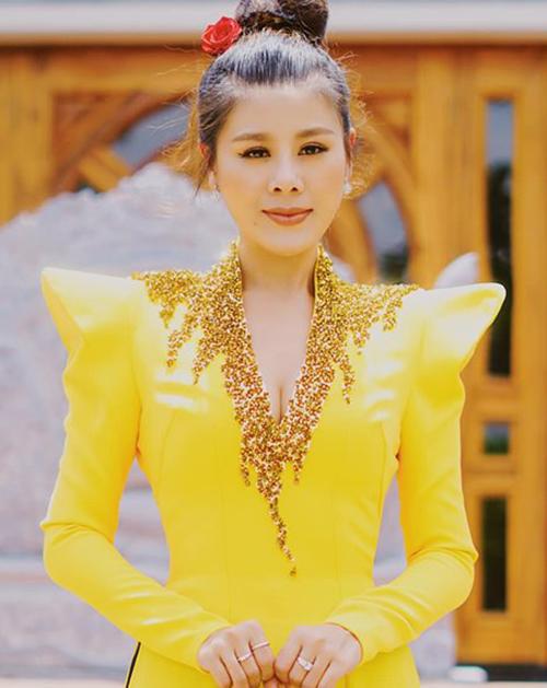 Nam Thư mặc áo dài cầu kỳ, tuy nhiên chi tiết xẻ ngực sâu, lộ vòng một đầy cũng gây tranh cãi.