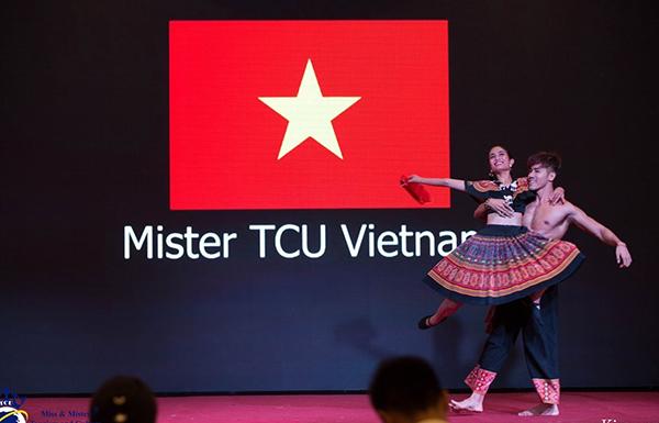 Duy Quách biểu diễn điệu nhảy của dân tộc Việt Nam trên sân khấu cuộc thi.